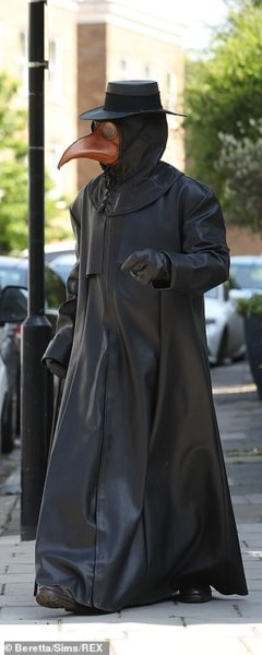 28155952-8300539-A_17th_century_cloaked_plague_doctor_was_seen_walking_the_street-m-10_1588936...jpg