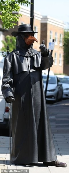 28155962-8300539-The_eerie_figure_wandered_through_Crouch_End_much_to_the_amazeme-m-12_1588936...jpg