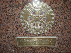 Van_Lau_-_Statue_of_hands_on_Nathan_Road_plaque.JPG